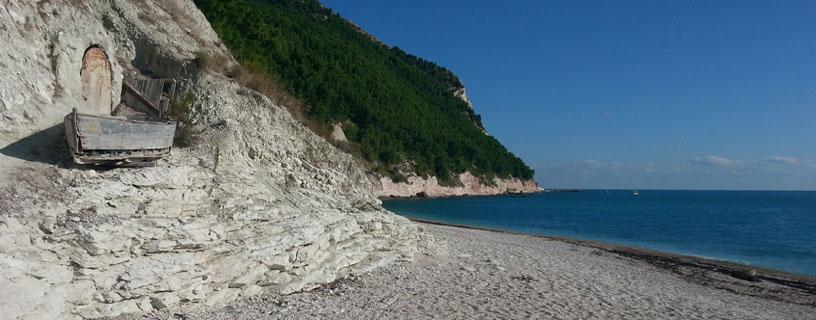 http://www.bbvivereilmare.it/wp-content/uploads/2012/01/sassi-neri.jpg