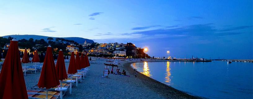 http://www.bbvivereilmare.it/wp-content/uploads/2012/01/vista-spiaggia-numana-notte.jpg