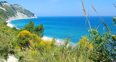 spiaggia-mezzavalle-riviera-del-conero-ancona