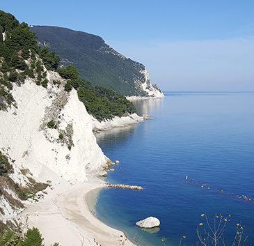 spiaggia del frate-numana-riviera-del-conero